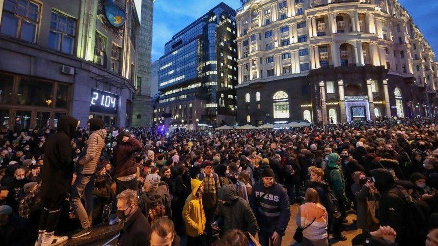 Видео: толпа набросилась на инакомыслящего на незаконной акции в Москве