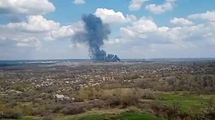 В Донбассе на территории воинской части ВСУ вспыхнул крупный пожар — видео