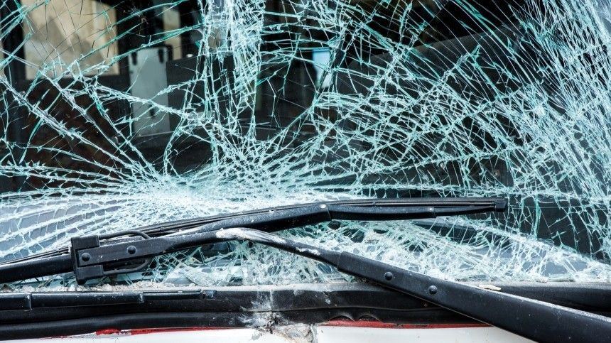 Лихач на огромной скорости насмерть сбил двух дорожных рабочих на трассе в Удмуртии — шок-видео