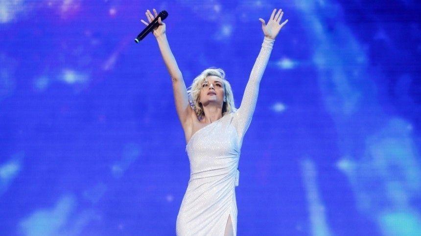 Полина Гагарина вывихнула плечо во время концерта — видео