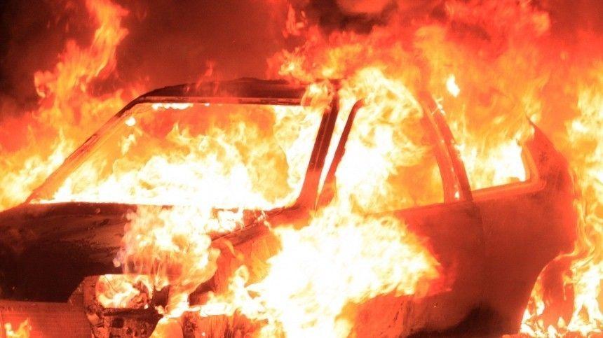 Машина с двумя запертыми внутри детьми загорелась в Подмосковье — видео
