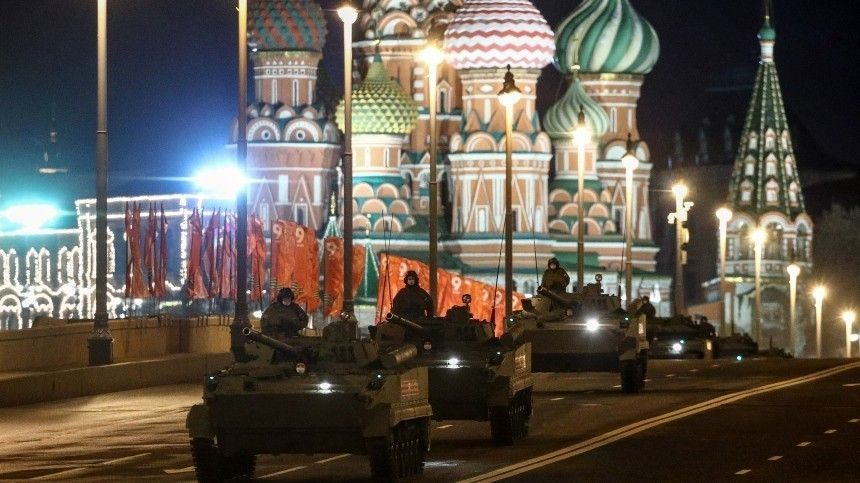 Видео ночной репетиции Парада Победы в Москве