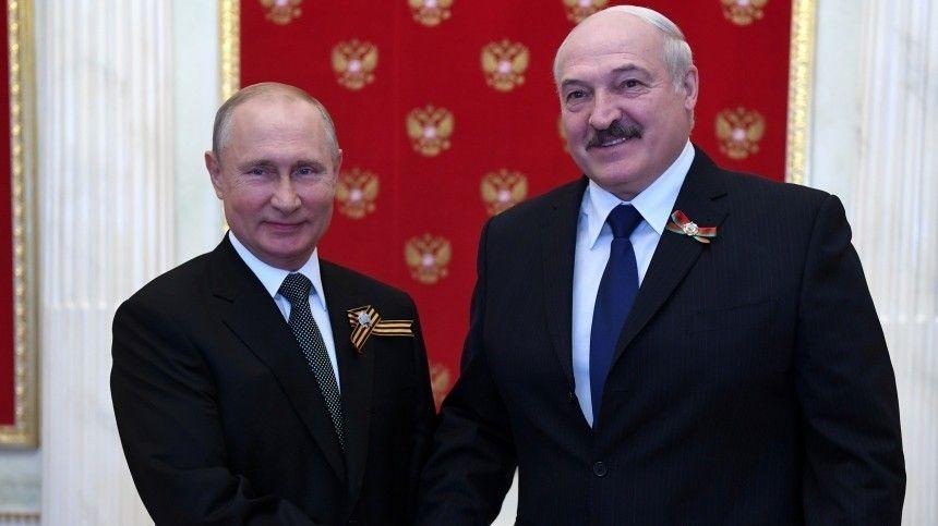 Путин и Лукашенко поздравили друг друга с Днем Победы по телефону