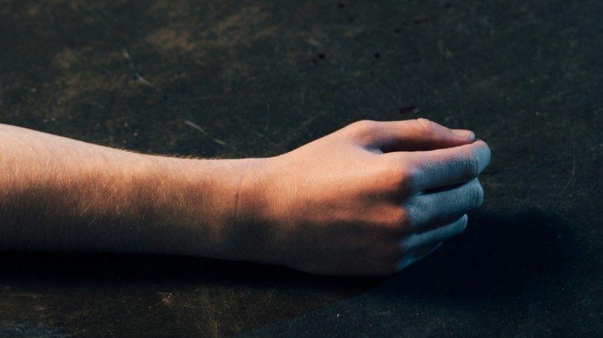 Тело мужчины с ушибами нашли в салоне эротического массажа в Петербурге