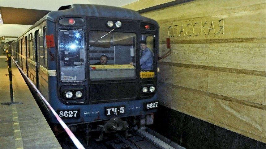 Движение на участке четвертой линии петербургского метро временно приостановили