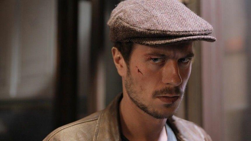 Десятки фанатов атаковали актера фильма «Майор Гром» на выходе из театра — видео