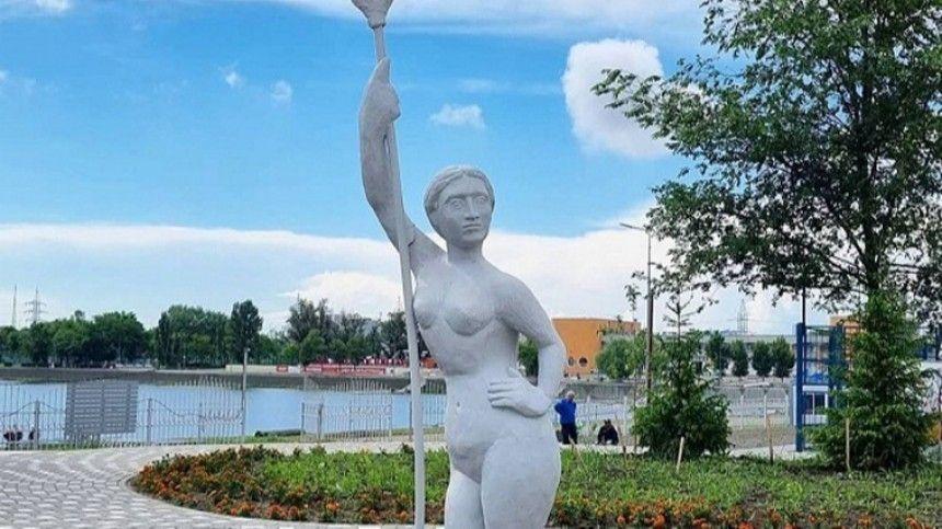 «Сестра Аленки?!»: ростовчане в шоке от скульптуры женщины с веслом
