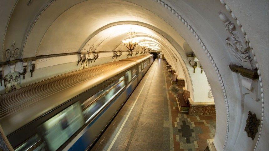 Подросток в метро Москвы зацепился за поезд и прокатился на самокате — видео