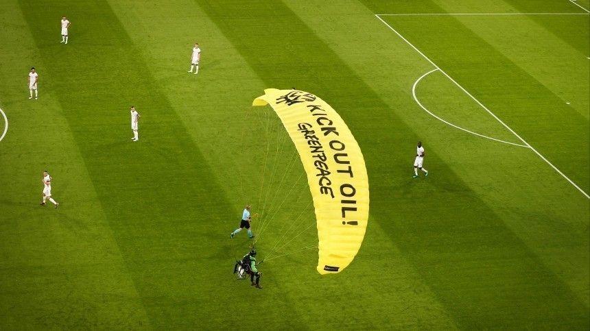 Приземлившемуся на поле во время матча Евро-2020 парашютисту грозит уголовный срок