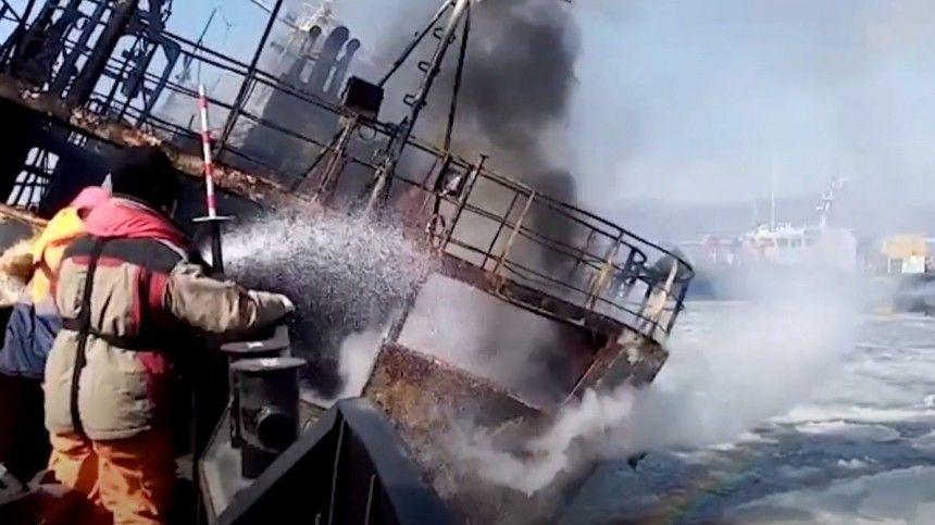 Несколько дней у берегов Владивостока спасают терпящий бедствие корабль