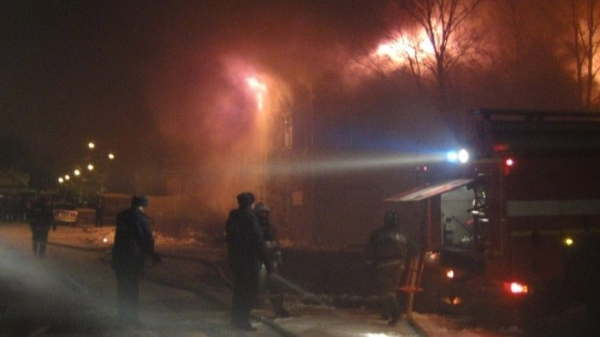 Мощный пожар охватил двухэтажное здание в Сургуте. Есть пострадавшие
