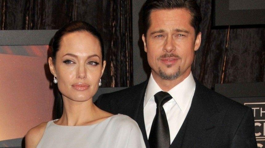 Почему сын Питта и Джоли отказывается от фамилии отца? — объяснение психолога