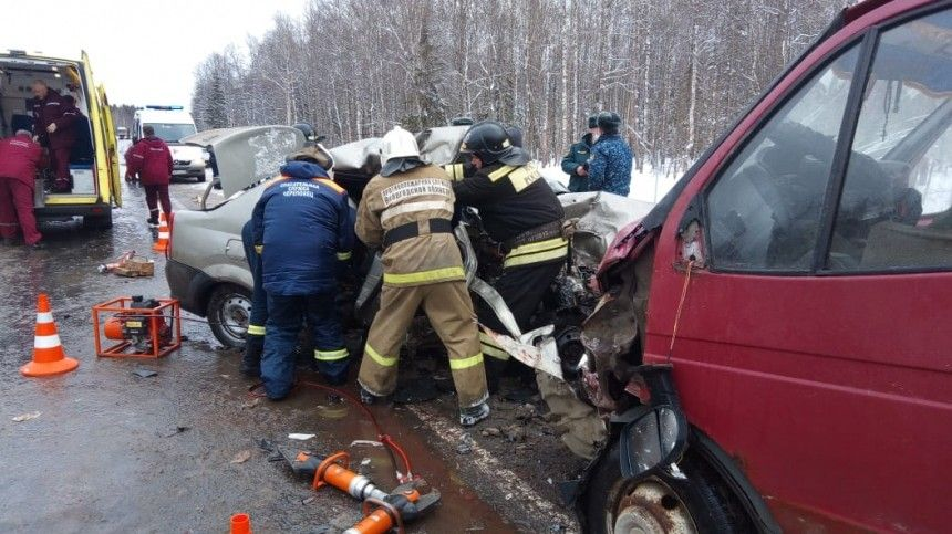 Три человека погибли при столкновении микроавтобуса ФСИН и легковушки