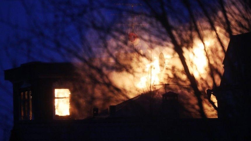 В доме, где отстреливается мужчина в Подмосковье, начался пожар