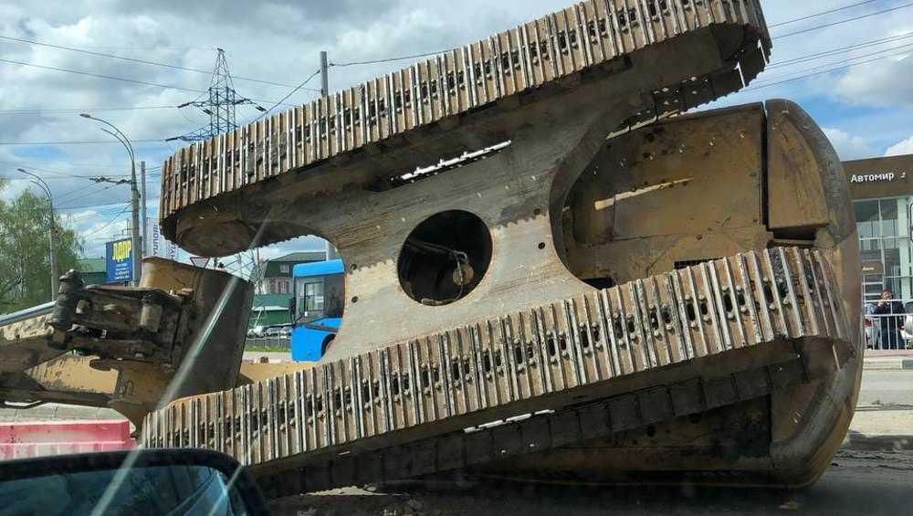 В Брянске возле телецентра на дороге опрокинулся экскаватор
