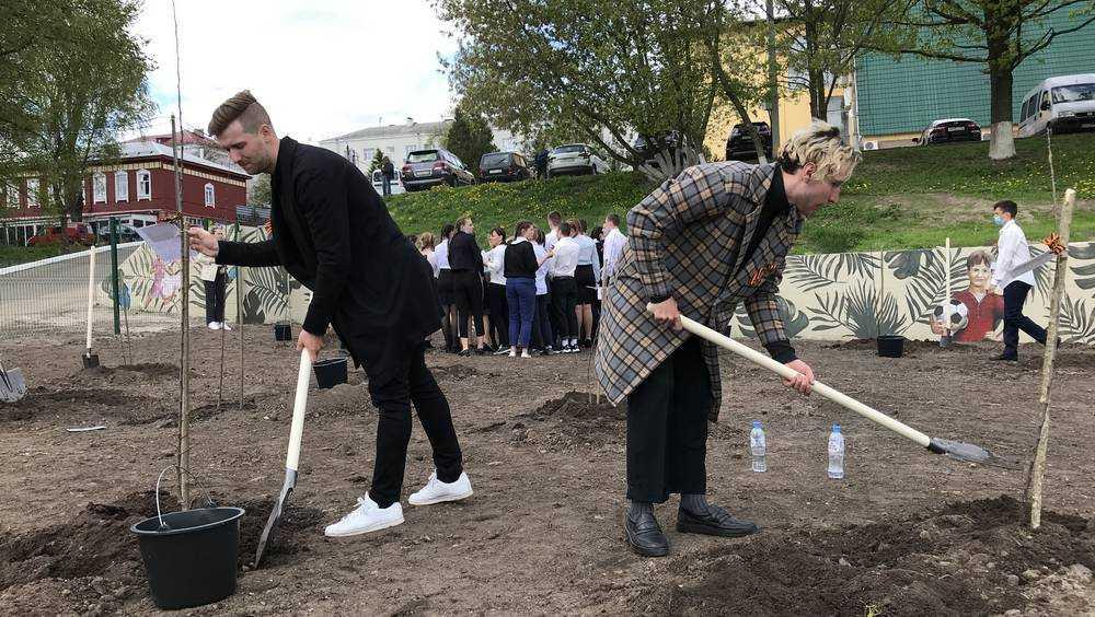 Брянские художники сменили кисти на лопаты и посадили свои яблони