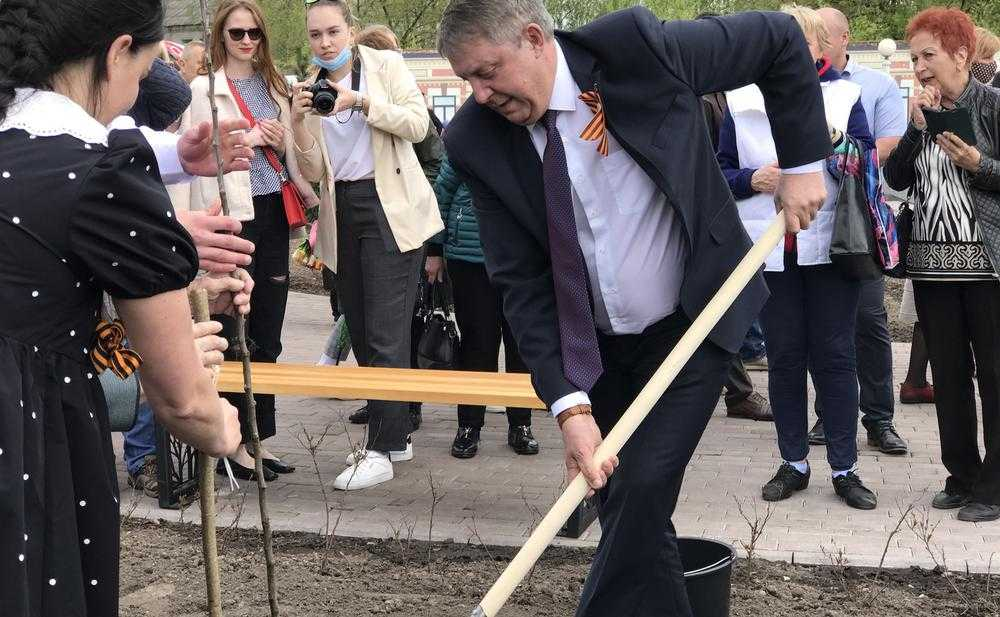 В открытом 12 мая Саду Победы губернатор Брянской области Богомаз посадил яблоню