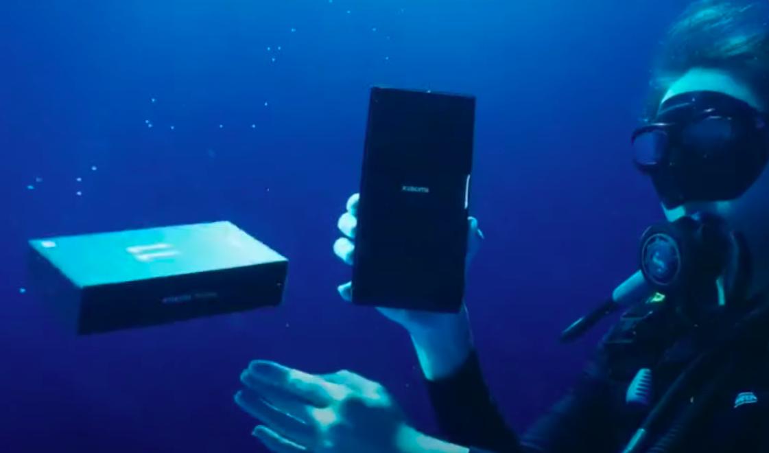 Показана распаковка флагманского смартфона Xiaomi под водой