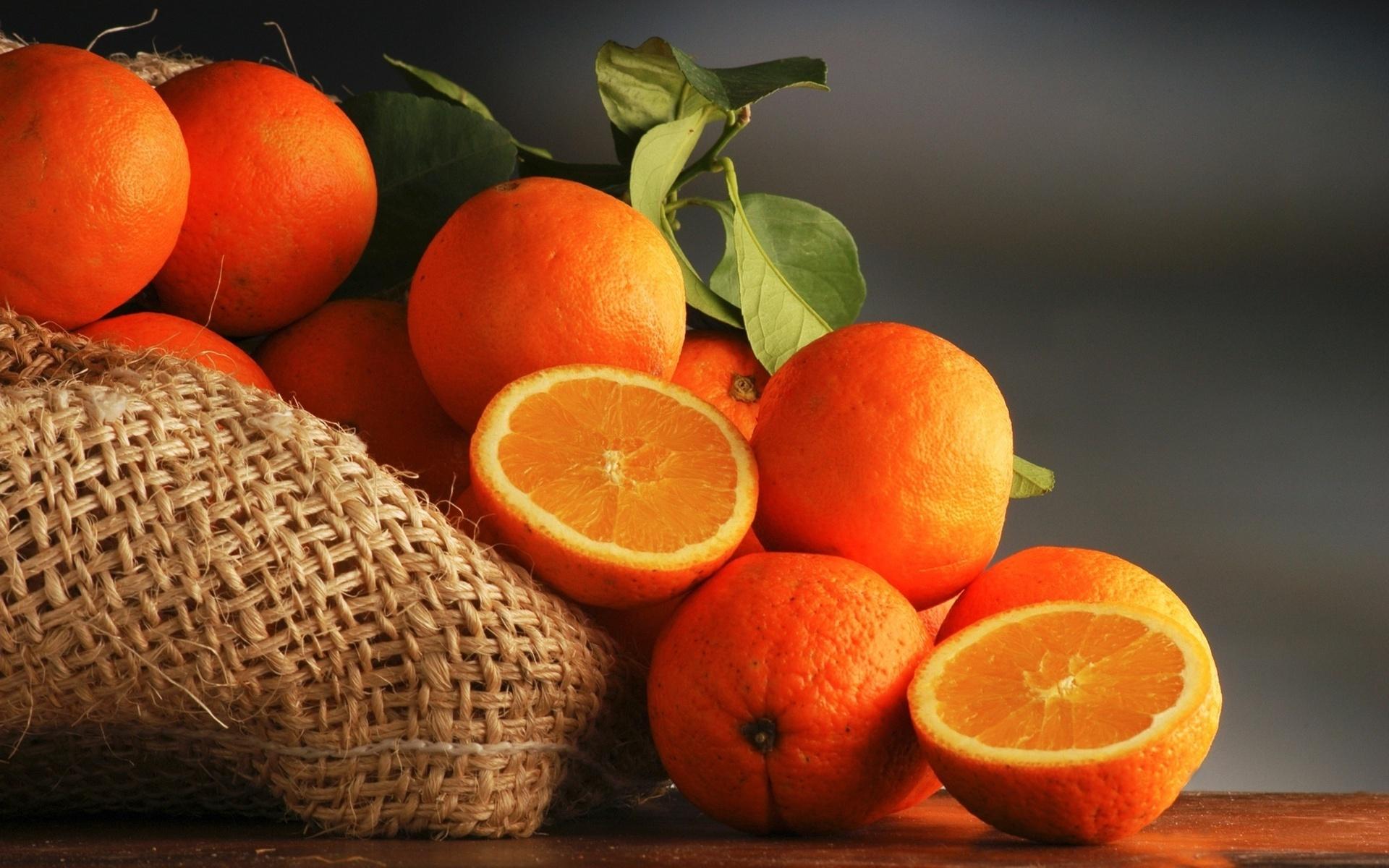 Врач рассказала, как правильно есть апельсин