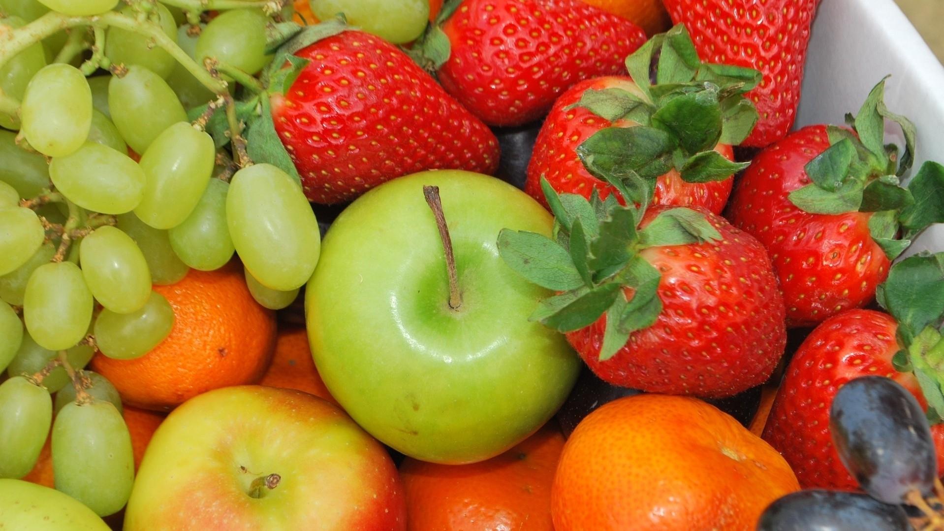 Врач рассказала, каким людям стоит отказаться от яблок и клубники