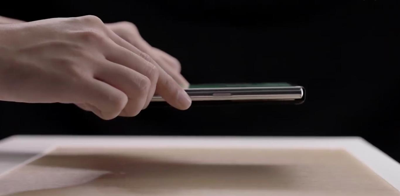 Китайцы показали «воздушную» зарядку на смартфоне со скручивающимся экраном