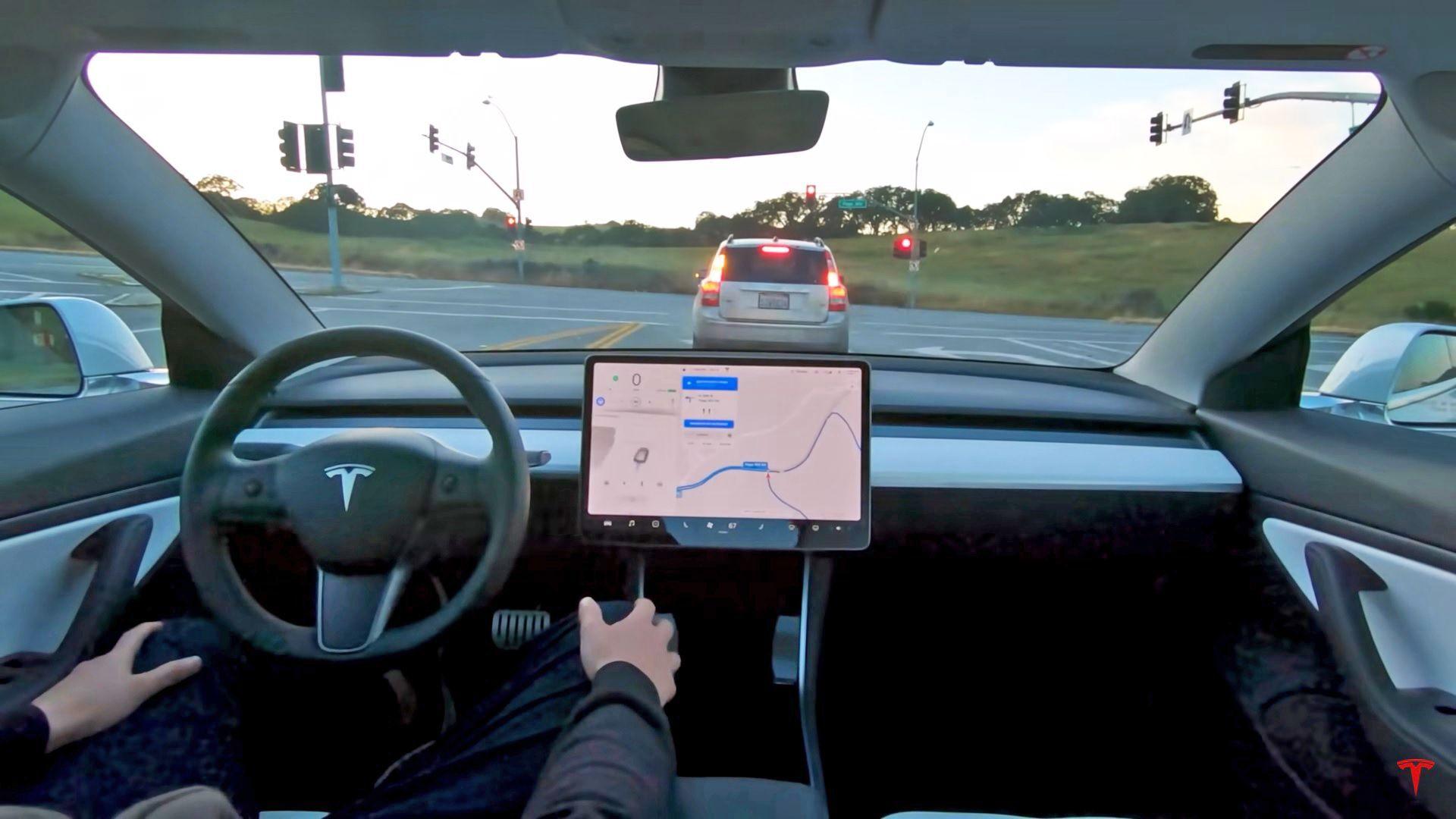 Эксперты сравнили «сообразительность» автопилотов Tesla и Google для электромобилей