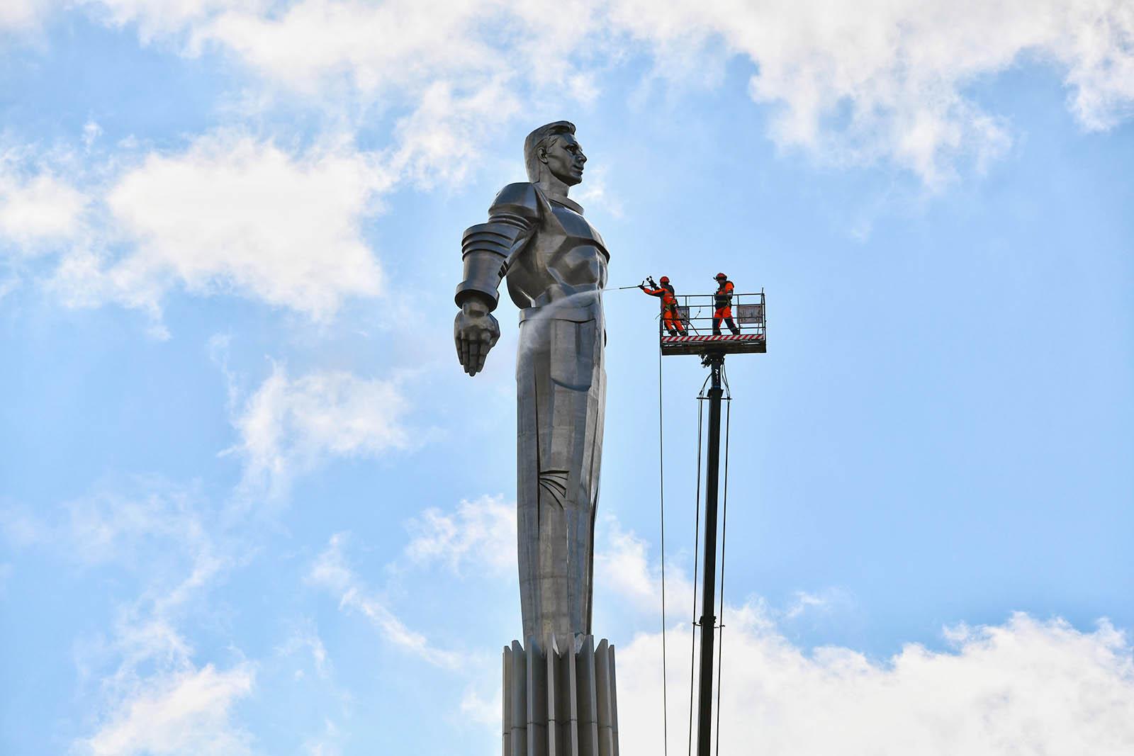 Более тысячи памятников промоют до конца апреля