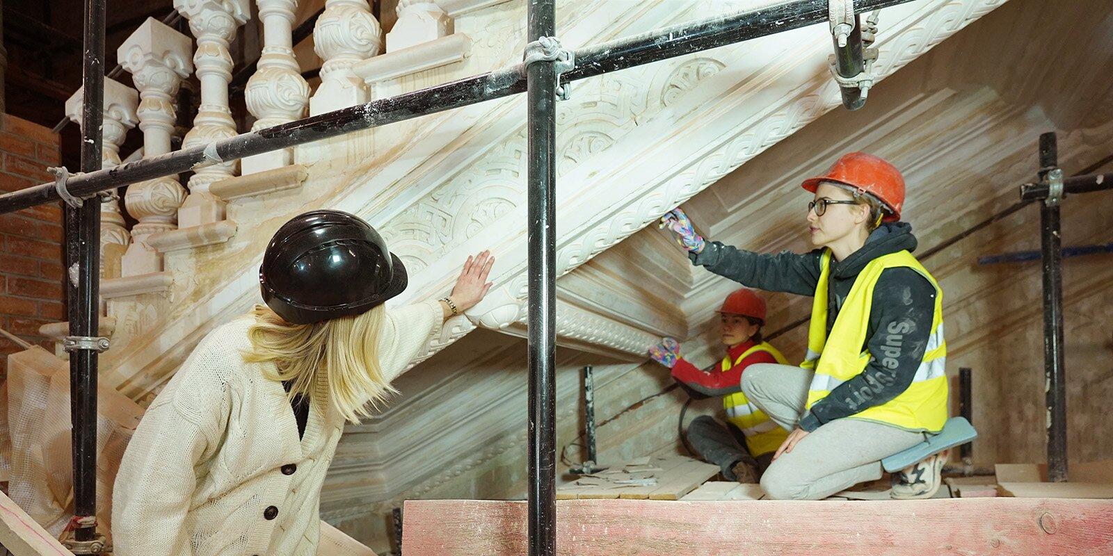 В неорусском стиле: в Политехническом музее заканчивается реставрация гипсовых косичек