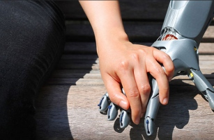 Ученики из Арубы напечатали на 3D-принтере протез для девочки без пальцев
