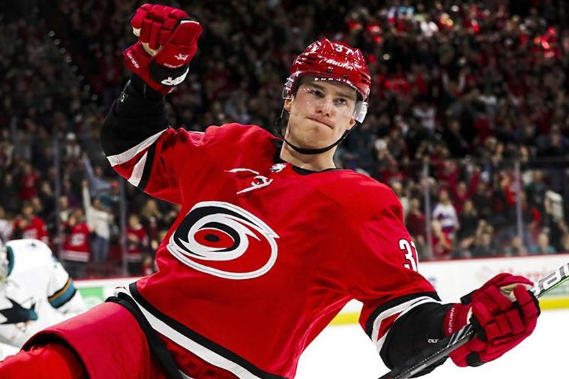 'Каролина' выиграла второй матч серии плей-офф НХЛ с 'Нэшвиллом', Свечников отметился голевой передачей. ВИДЕО