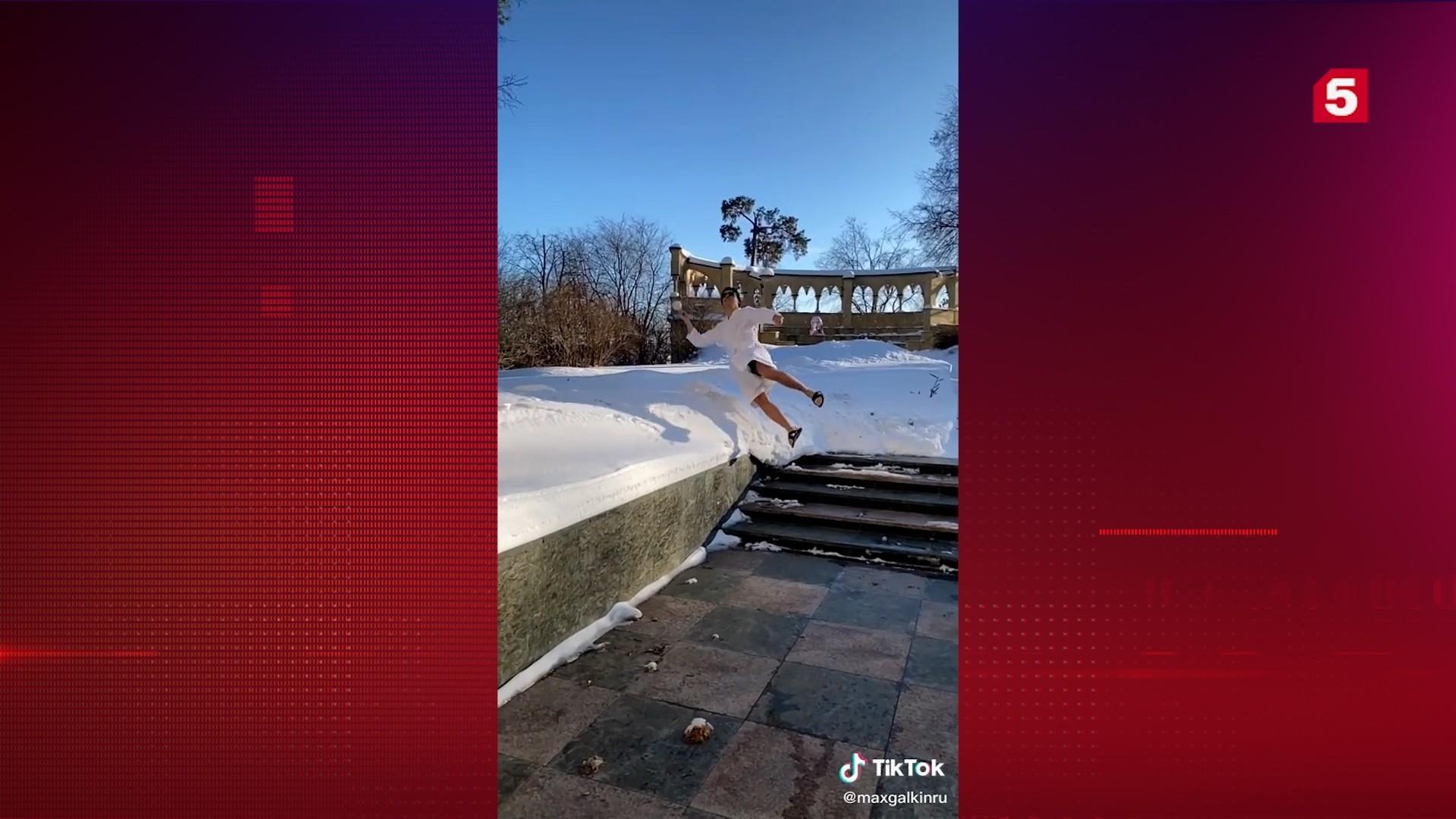 Сугробы по самый мозг: Галкин в халате нырнул в снег возле семейного замка