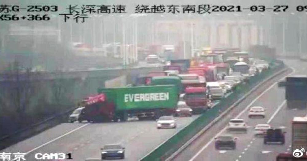 Рок или совпадение? Грузовик с контейнером Evergreen заблокировал движение в Китае