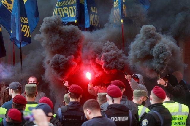 В Киеве начались стычки между националистами и сторонниками Медведчука