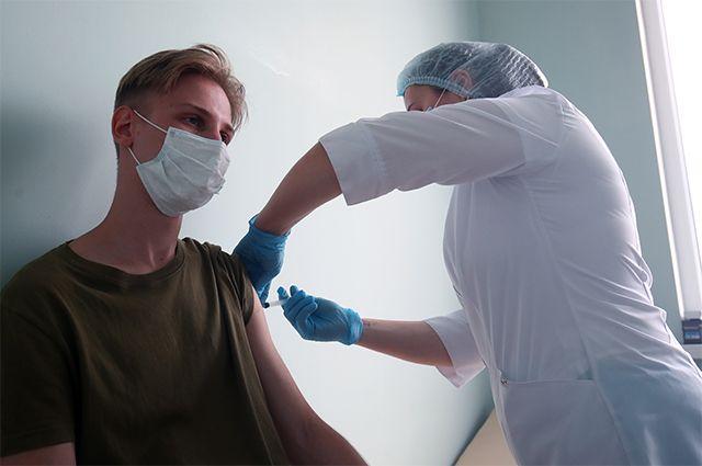 Тогда мы идём к вам. Медики проводят вакцинацию в вузах и на предприятиях
