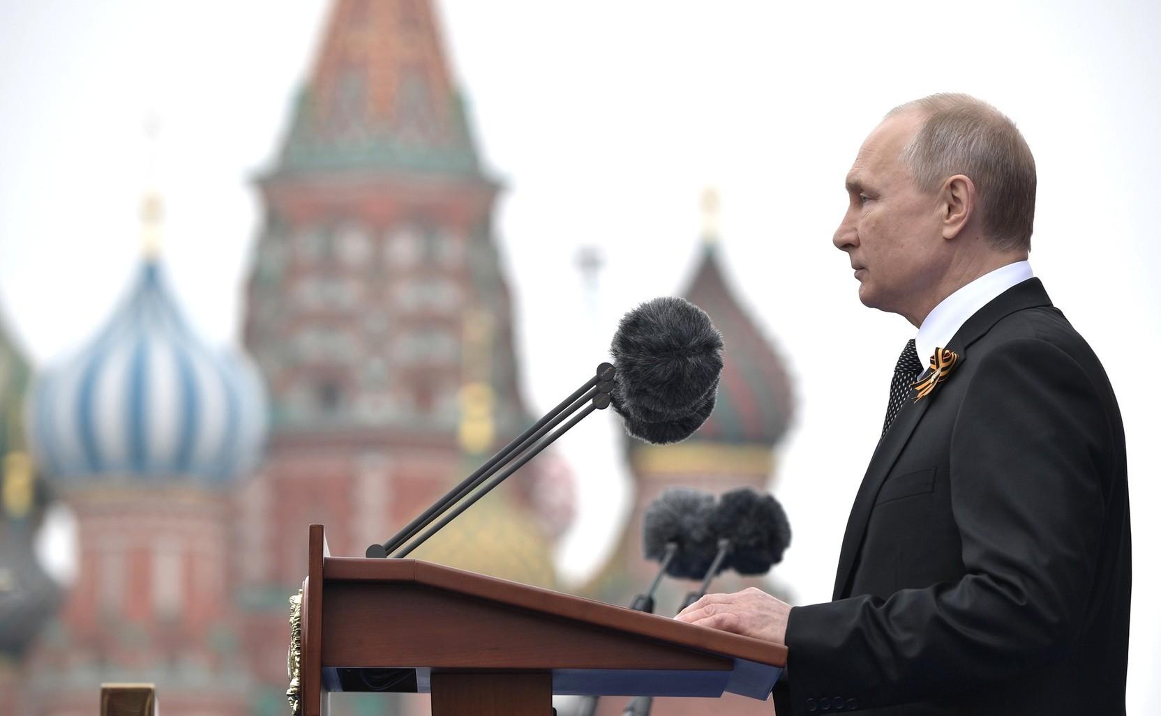 Президент России на параде в Москве в День Победы объявил минуту молчания