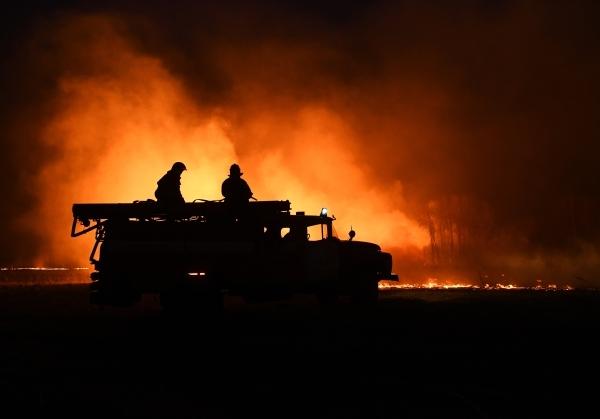 В Ростове-на-Дону загорелся склад на площади 1000 кв. м