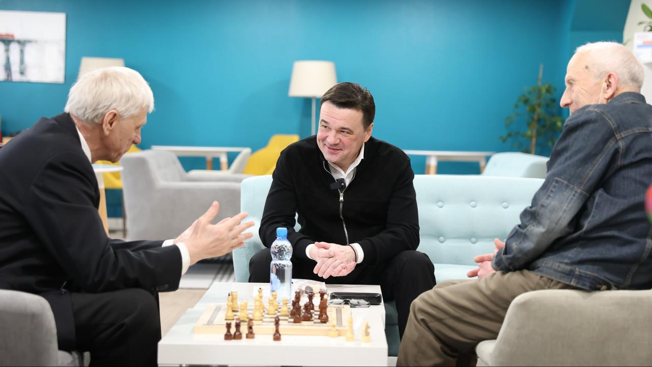 Андрей Воробьёв навестил в госпитале лечащегося от COVID-19 ветерана ВОВ