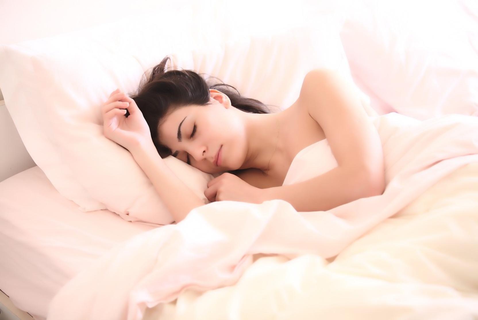 Сомнолог объяснила, почему спать в кровати одному полезнее
