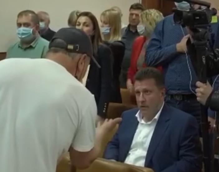 Депутат Рады отказался встать во время исполнения гимна Украины