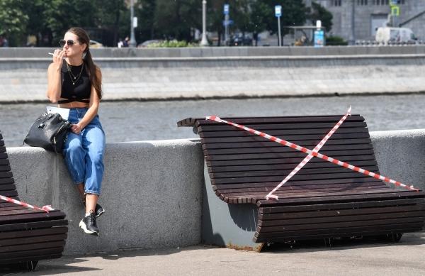 Не раздражайте людей! Вирусолог осудил запрет сидеть на скамейках в Москве