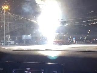 Впечатляющее 'огненное шоу' с участием трамвая сняли на видео в Петербурге