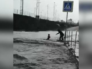 Девочка на роликах чуть не утонула, пытаясь перейти улицу. Видео