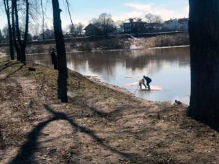 В Вологде дети решили покататься на льдине по реке