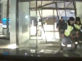 Водитель, уходивший от погони, протаранил автосалон. Видео