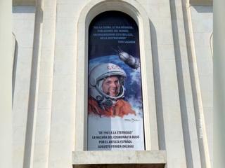 На фасаде здания российского посольства в Мадриде появился портрет Гагарина