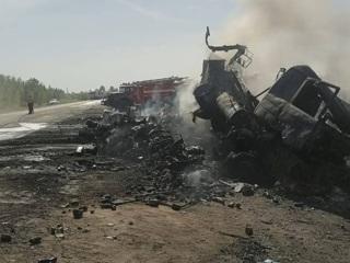 На федеральной трассе столкнулись грузовики, один из водителей сгорел