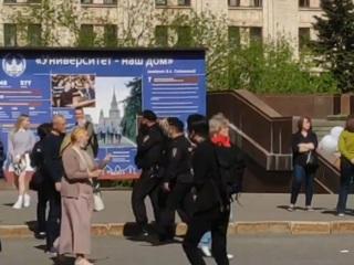 Участники протестной акции задержаны около МГУ