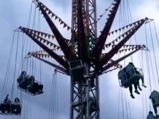 Операция на высоте: спасатели снимали людей с застывшей карусели