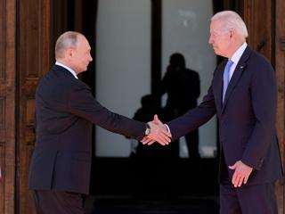 Обмен подарками: Путину – очки-авиаторы, Байдену – хохлома