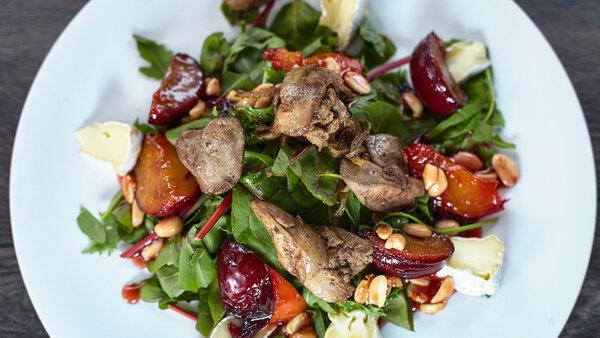 Теплый салат с печенью и сливой: рецепт от Александра Бельковича